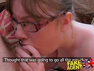Изумительная британка с большими дойками впечатлила агента сексуальными навыками
