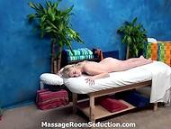 Милая блондиночка не стала сопротивляться интимным ласкам похотливого массажиста