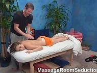 Скрытая камера запечатлела сексуальное развлечение массажиста и его клиентки на кушетке