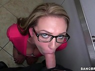 Seductive office babe couldn't resist in face of policeman's dick and gave him a blowjob