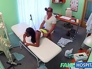 Чернокожая пациентка не ожидала, что её гениталии подвергнутся столь тщательному осмотру