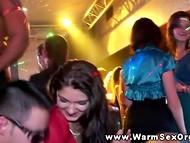 Куча ангельски хороших чик веселятся по полной со стриптизёрами на закрытой вечеринке