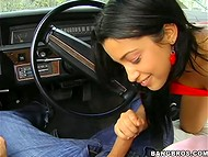 Хитроумный водила поводил пальцем в нежной киске попутчицы и уговорил её на отсос 7