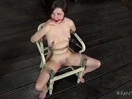 Испуганная пташка с кляпом подвергается мучениям жестокой женщиной 8