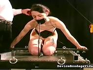 Maskovaný maniak kvapká horúci vosk na pripútaný dievčenského tela a spanks jej