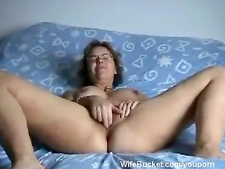 Mature woman fucks her pussy with fingers
