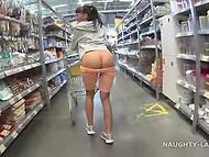 Шаловливая девчонка ходит по супермаркету и показывает огромные сиськи на пару с аппетитной задницей