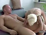 Мускулест мъж, участващи в активния секс с busty германската Секси кора