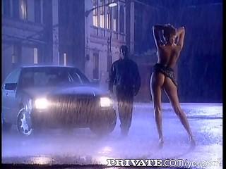 Невероятно романтичный секс под дождём