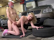 Rich blonde bombshell thanked well the old mechanic for her gexpensive car repair