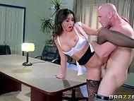 Smuk pornostjerner Johnny Synder spurgte en brunette sexpot at bo med ham, efter at en vigtig konference