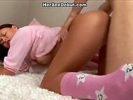 Юная крошка в розовой пижаме ощутила теплоту спермы бойфренда внутри себя 9