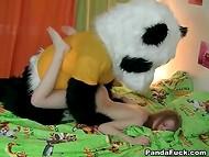 Огромный плюшевый панда внезапно ожил и отымел молодую рыжеволосую хозяйку 11