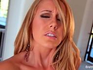 Страстная блондинка в розовом бикини показывает стриптиз и бурно оргазмирует от мастурбации 11