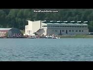 Ребята арендовали лодки, чтобы развлечься с девчонкой посреди озера 5