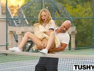 Светловолосая шалунья не надела трусики, чем соблазнила личного тренера по теннису