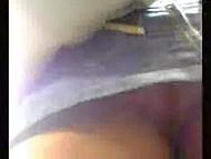 Ничто не может помешать любопытному парню засунуть камеру под юбку девушке в общественном месте