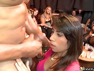 Латиночка в розовой кофточке не может оторваться от члена мускулистого стриптизёра 11
