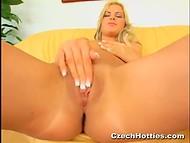 Сольная сцена с участием миленькой блондинки, утоляющей свою сексуальную потребность 4