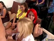 Королева вечеринки яростно отсасывает конец стриптизёра в окружении гостей 10