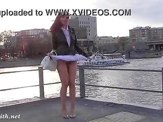Миленькая куколка Jeny Smith любит прогуляться без трусиков в короткой юбочке