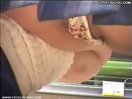 Студентка в короткой юбчонке прогуливалась между прилавков, не замечая секс-шпиона 6