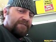 Бородатый мужичок трахнул белокурую красавицу с модельной фигурой в подсобке 4