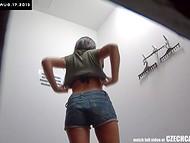 Милейшая девчонка с красивым загаром зашла в кабинку для примерки, снабжённой скрытой камерой 11