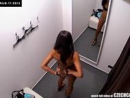 Милейшая девчонка с красивым загаром зашла в кабинку для примерки, снабжённой скрытой камерой 9