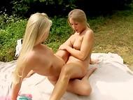Две любовницы пришли в парк с покрывалом и дилдоном, чтобы насладиться солнцем и свежим воздухом