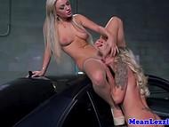Ошеломительные блондинки заехали на парковку и предались пылкой лесбийской страсти 8