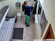 Скрытые камеры запечатлели бесстыдницу, которая мастурбирует в солярии во время загара 11