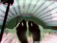 Скрытые камеры запечатлели бесстыдницу, которая мастурбирует в солярии во время загара 6