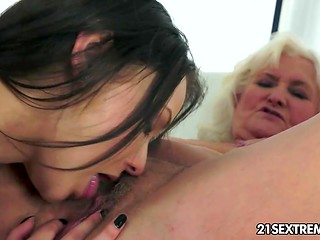 Teeny's gentle tongue causes old woman to feel herself back in the younger days