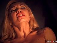 Сногсшибательная дама с большими дойками доводит себя до сквирта, не снимая корсета 8