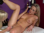 Блондинки Jana Jordan и Bailey Blue намаслили роскошные тела и приступили к основному действу на массажном столе 11
