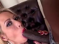 Chick med sensuelle røde læber ved præcis, hvad mørklødede Hercules behov
