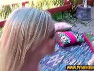 Ослепительная брюнетка ездит дилдосиком по киске блонды, а комментатор на заднем фоне её подначивает 11