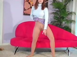 Девчонка в сексуальных колготках задирает короткую юбку, радуя своей красотой и грацией