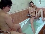 Молодая девка залезла в ванную к старой даме якобы потереть спинку, но не забыла прихватить и дилдос