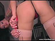 Жгучая дамочка в соблазнительном наряде без устали теребит пальчиками гладкую киску 4