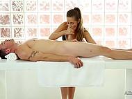 Клиент не догадывался, зачем нужна дырка в массажном столе, пока работница не начала наминечивать его болт 4