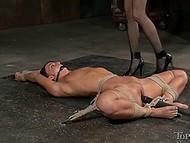 Безжалостная извращенка запихнула страпон в глотку связанной пленницы, а затем и в узкую попочку