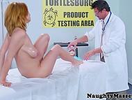 Доктор прописал вагинальный массаж для большегрудой пациентки и тут же приступил к профилактике 3