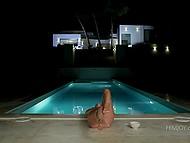 Ночь уже опустилась на землю, но белокурой милашке вздумалось потеребить киску у бассейна 10