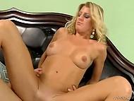 Длинный член молодца так глубоко проникает в киску блондинки, что у сучки трясутся ноги от наслаждения 4