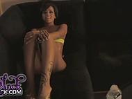 Крошка с модельной внешностью Ivy Black смазывает прелести маслом и болтает с оператором 9