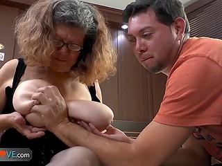 Нарезка интригующих видеороликов с участием старых бабёнок, оказавшихся падкими на молодой член