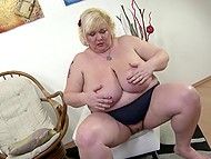 Light-haired BBW scrubbed shaved crave with mischievous fingers and took vibrating toy 4