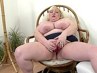 Light-haired BBW scrubbed shaved crave with mischievous fingers and took vibrating toy 8